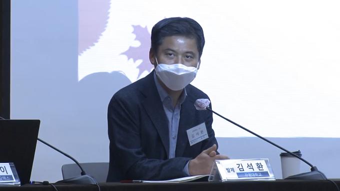 발제를 맡은 김석환 교수가 토론자들의 질의에 답하고 있다.